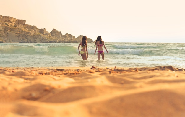 Meninas, desfrutando, a, mar