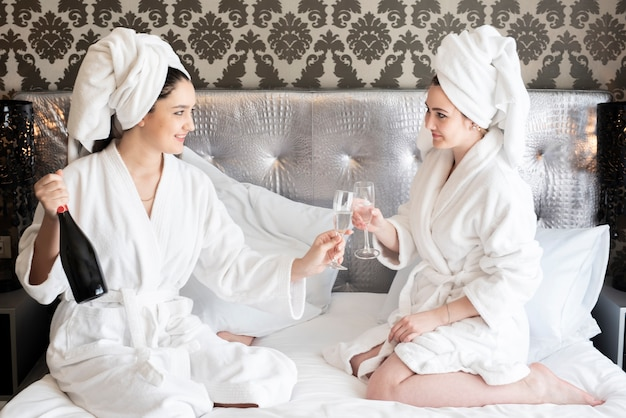 Meninas, desfrutando, dia spa, com, um, garrafa champanha