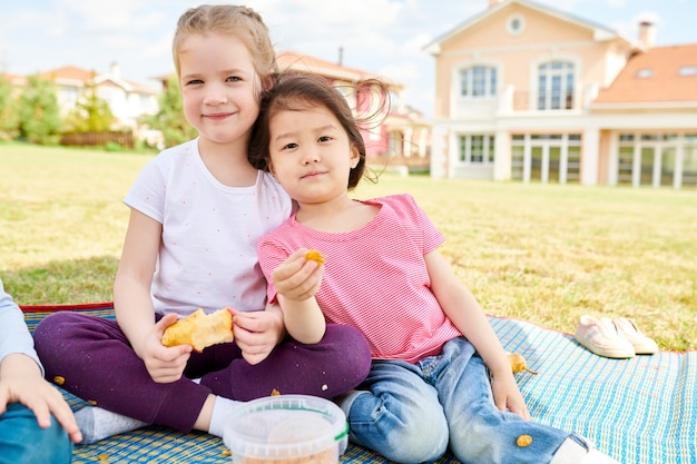 Meninas, desfrutando, piquenique, ao ar livre