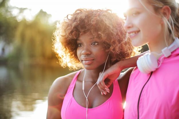 Meninas desportivas ao ar livre