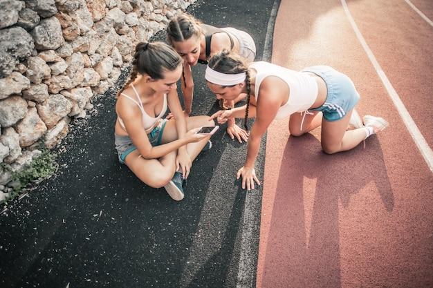 Meninas desportivas verificando um aplicativo