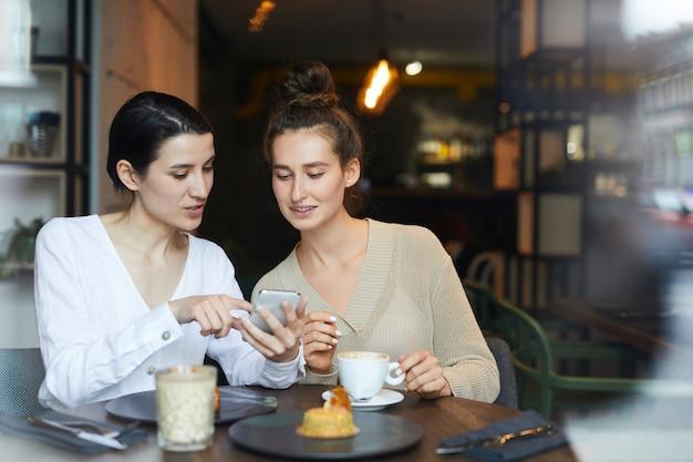 Meninas discutindo promoção