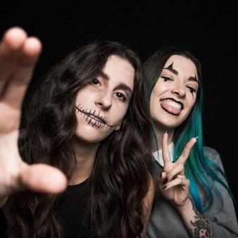 Meninas divertidas com maquiagem assustadora