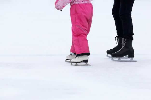 Meninas e mulheres patinando em uma pista de gelo