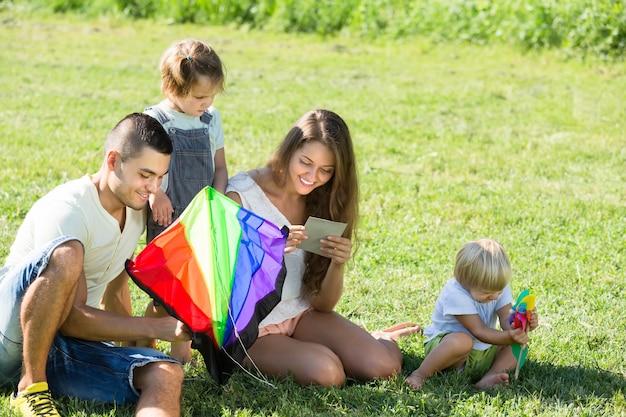 Meninas e pais brincando com pipa