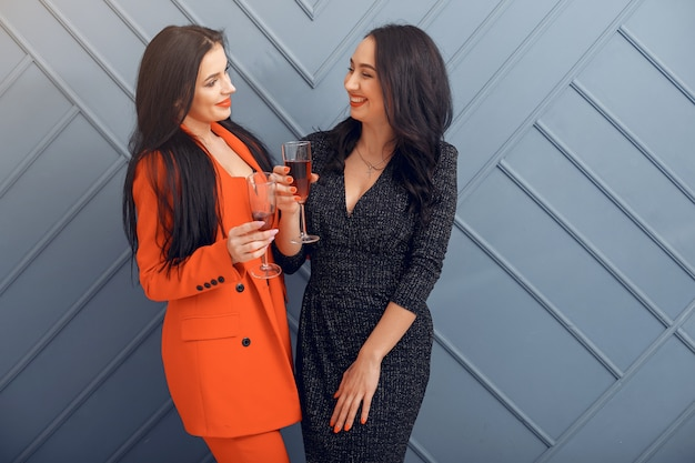 Meninas elegantes comemoram no estúdio
