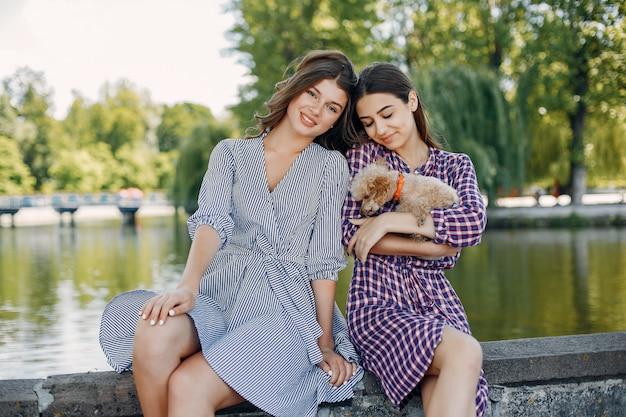 Meninas elegantes e com estilo em um parque primavera
