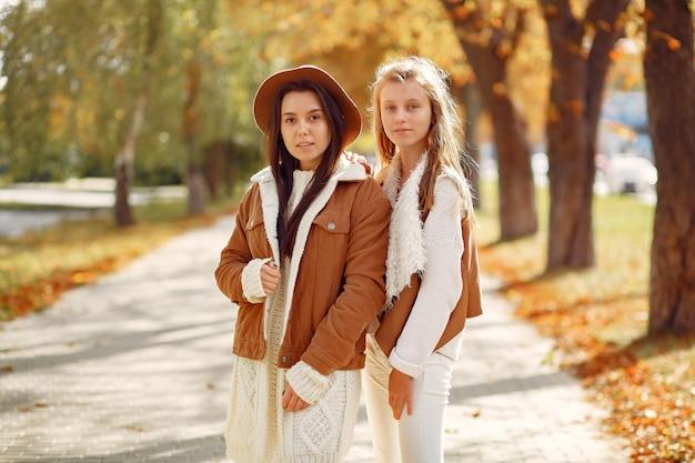 Meninas elegantes e elegantes em um parque de outono