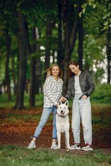 Meninas elegantes e elegantes em uma floresta
