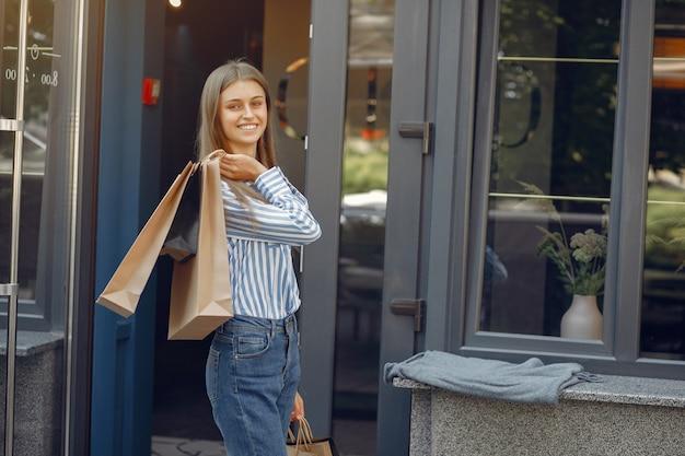 Meninas elegantes e elegantes na rua com sacolas de compras