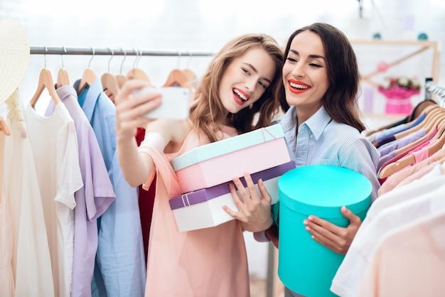 Meninas em compras. escolher roupas na loja.