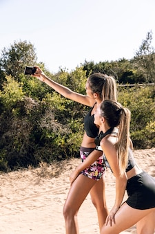 Meninas, em, sacudindo, levando, um, selfie