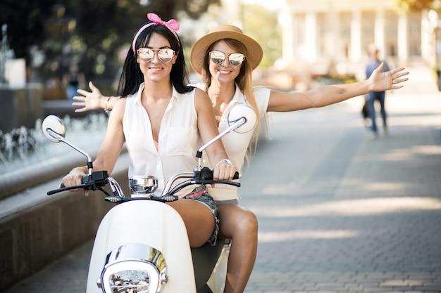 Meninas em scooter