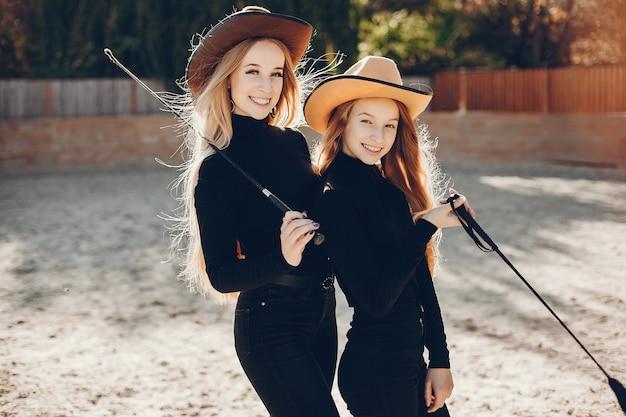 Meninas, em, um, boiadeiro, chapéu, ligado, um, fazenda