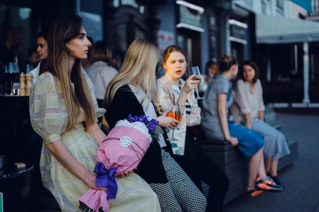 Meninas em um café