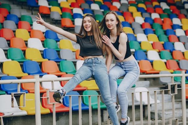 Meninas em um estádio