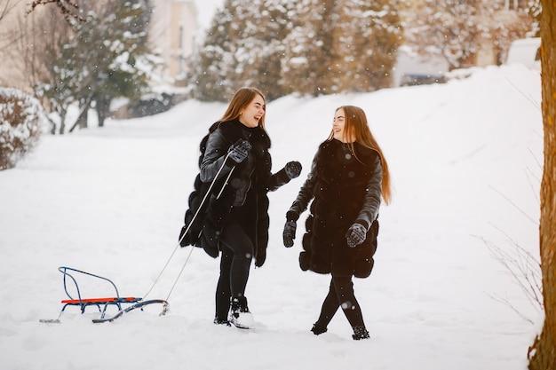 Meninas em um parque de inverno