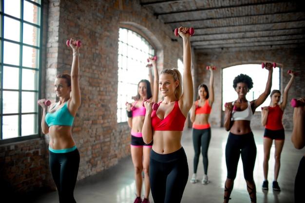 Meninas em uma aula de fitness