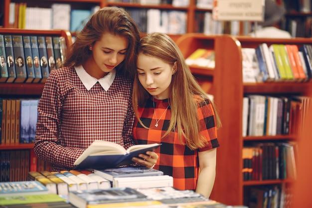 Meninas em uma biblioteca