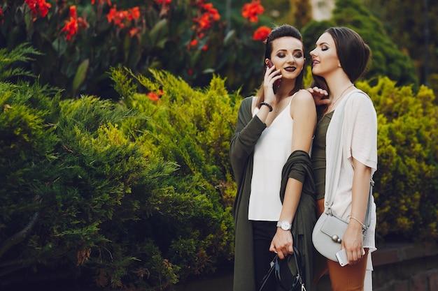 Meninas em uma cidade