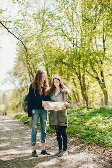 Meninas em uma floresta