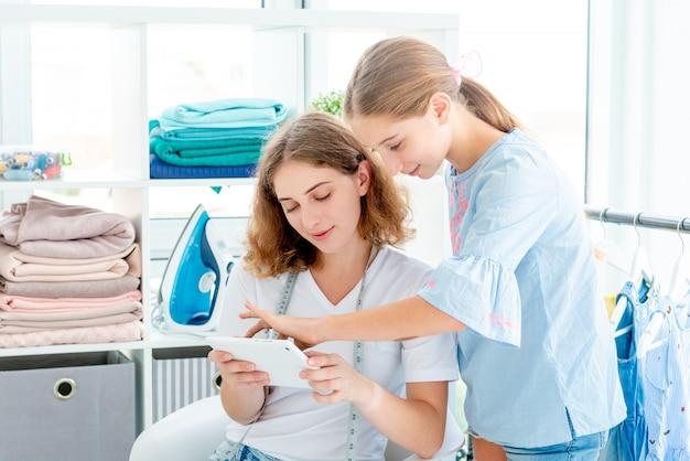 Meninas, escolhendo o design para costura