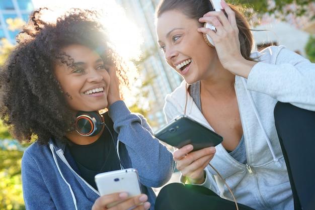 Meninas, esportes, equipamento, escutar música, ligado, smartphone