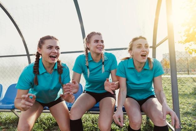 Meninas esportivas surpresos, olhando para longe