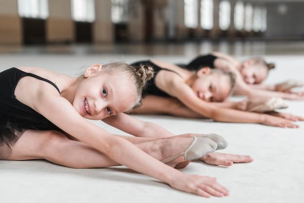 Meninas, esticar, expedir, com, dela, amigos, antes de, dançar, em, estúdio