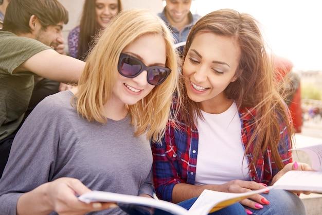 Meninas estudando durante o intervalo