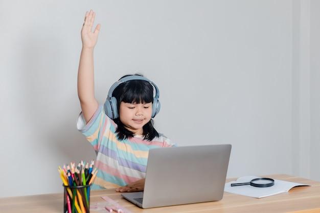 Meninas estudando online em casa;