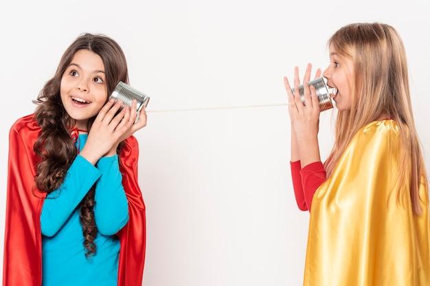 Meninas falando jogar walkie-talkie