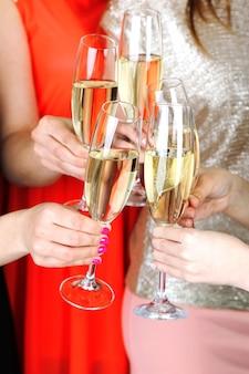 Meninas fazem festa de celebração
