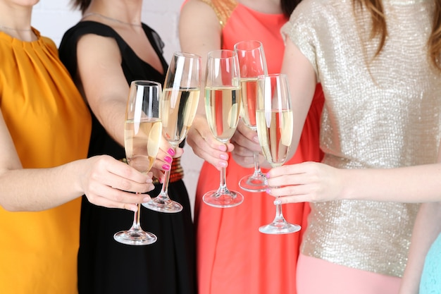 Meninas fazem festa de celebração Foto Premium