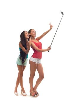 Meninas fazem selfie no estúdio.