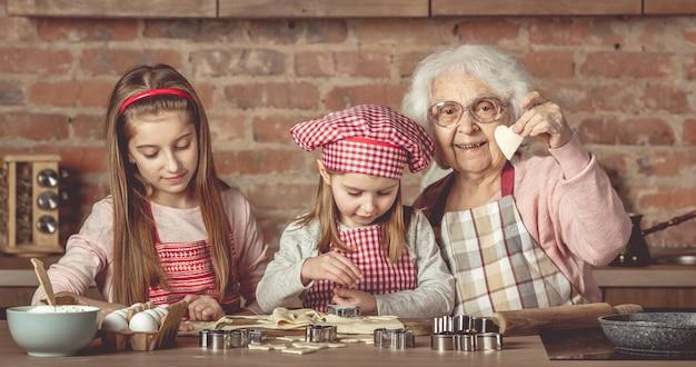 Meninas fazendo biscoitos com a avó