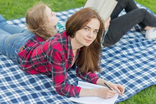 Meninas, fazendo, dever casa, ligado, pano piquenique