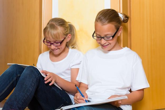 Meninas, fazendo, dever casa, para, escola