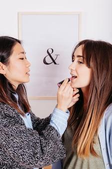 Meninas fazendo maquiagem e se divertindo