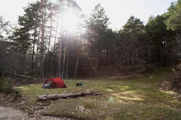 Meninas felizes acampando no campo