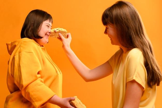 Meninas felizes brincando com bolo
