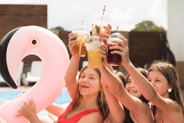 Meninas felizes dando um brinde com o outro