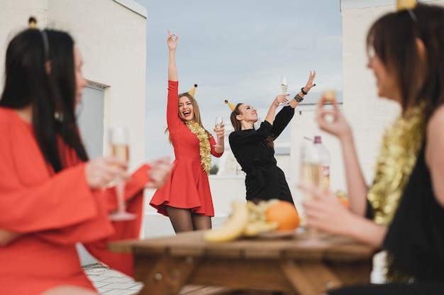Meninas felizes festejando no telhado