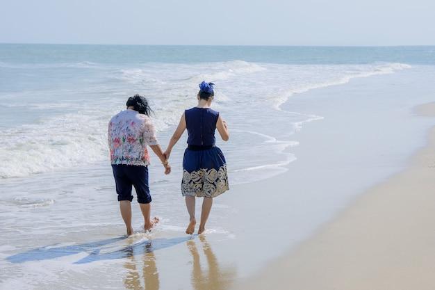Meninas felizes na praia do mar.