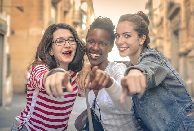 Meninas felizes que apreciam a vida