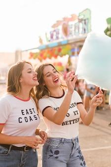 Meninas felizes se divertindo no parque de diversões