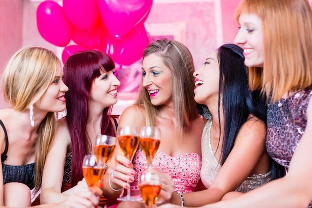 Meninas festejando em boate