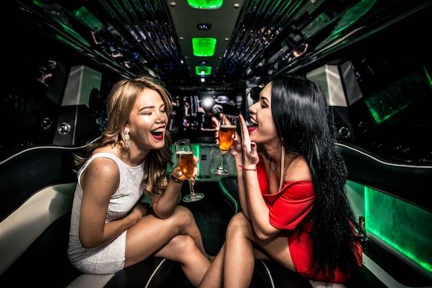 Meninas festejando em uma limusine