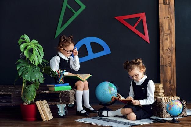 Meninas inteligentes lendo livros na escola