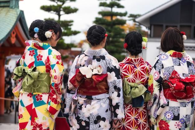 Meninas japonesas, com, tradicional, quimono, vestido, em, fushimi inari, santuário, em, outono